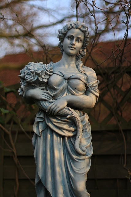 Charmant Woman Statue In The Garden 3456x5184_27244